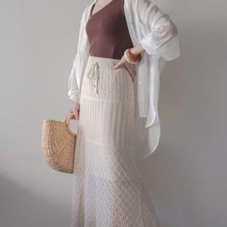 透かし編みニットスカートにアシメトップスのコーデ