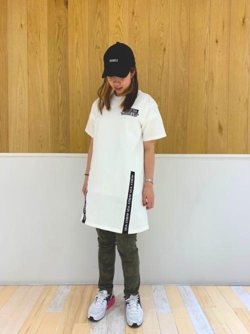 Tシャツワンピに迷彩スキニーパンツを履いた女性