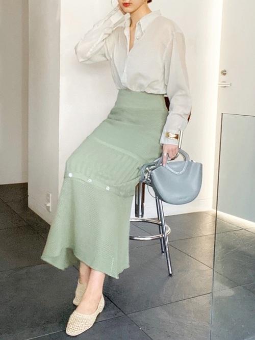 ユニクロのボタンダウンシャツとミックスニッティングボタンスカートに透かし編みニットパンプスを履いた女性