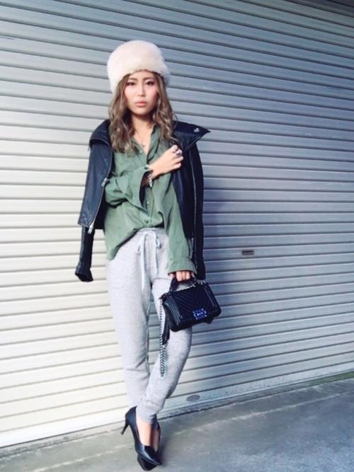 ユニクロのスウェットアンクルパンツとライダースジャケットに黒ハイヒールを履いた女性