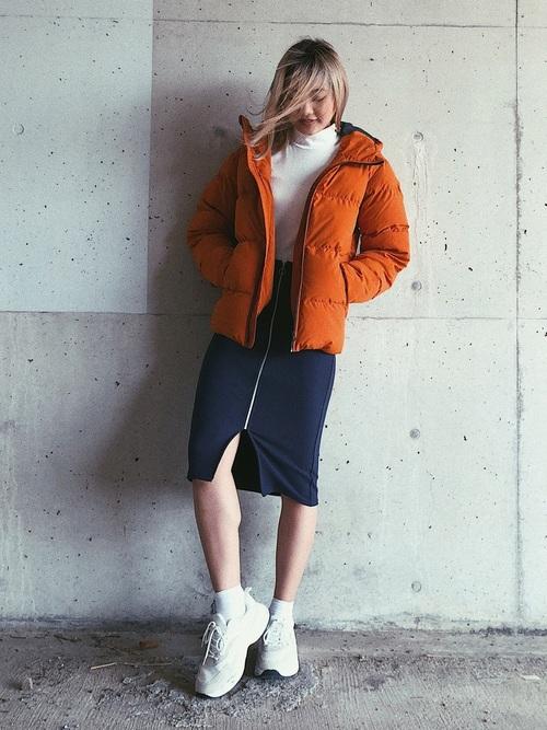 GUのダウンジャケットとGUのハイネックシャツにGUのジップアップタイトスカートを履いた女性
