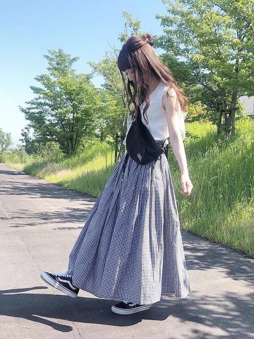 プチプラ通販のフレンチスリーブニットとギャザースカートにウエストバッグを履いた女性