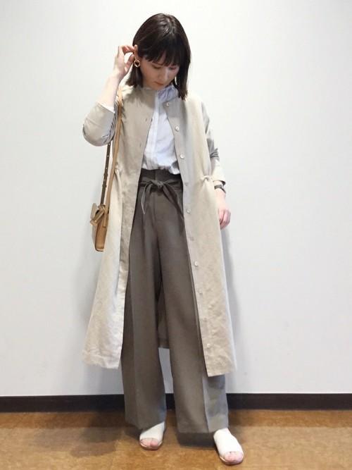 ヒューマンウーマンのクルーネックワンピースと白ストライプブラウスにウエストリボン付きパンツを履いた女性