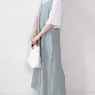 GUのキャミソールワンピースを着る女性