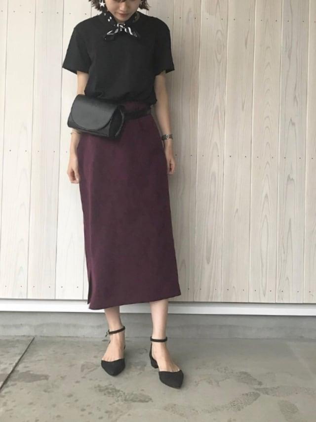 ユニクロの黒Tにパープルロングスカートを合わせた女性