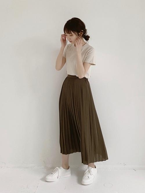 Tシャツにシフォンプリーツスカートのコーデ