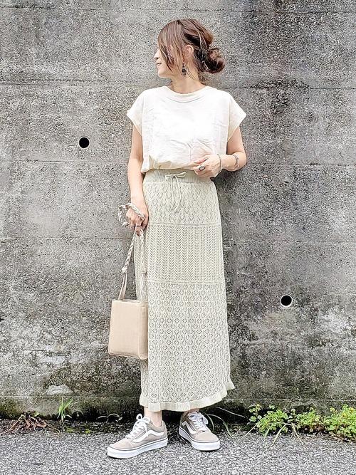 透かし編みニットスカートにTシャツのコーデ