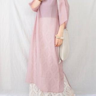 しまむらのベージュロングスカートにピンクのロングシアーワンピのレイヤードコーデ