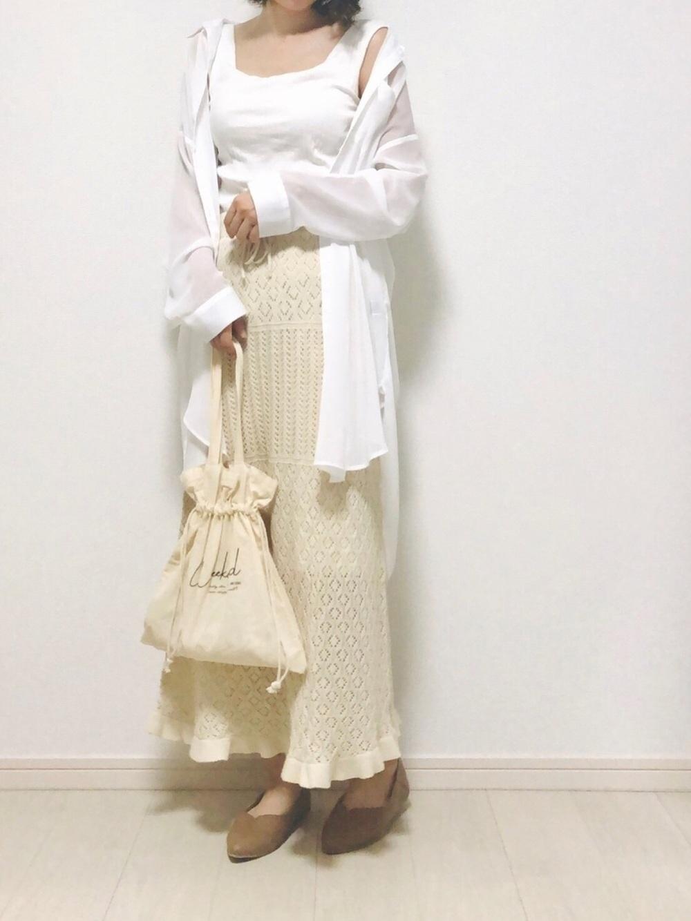 透かし編みニットスカートにシアーシャツとパンプスのコーデ