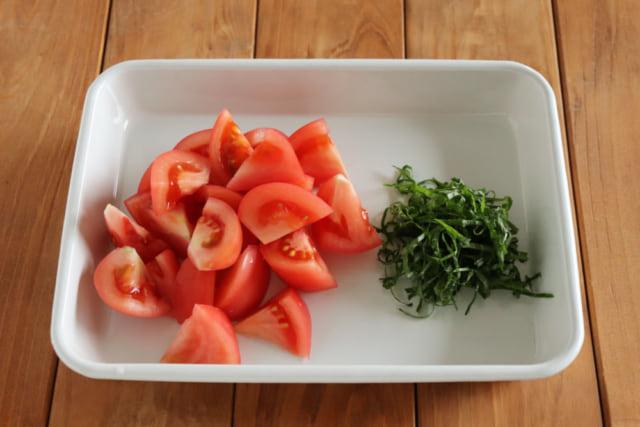 プロセスカットトマトと大葉