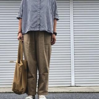 シャツとブラウンのパンツのコーデ