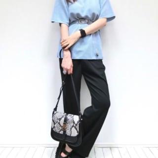 ブルーのTシャツに黒のパンツと2ベルトサンダルのコーデ