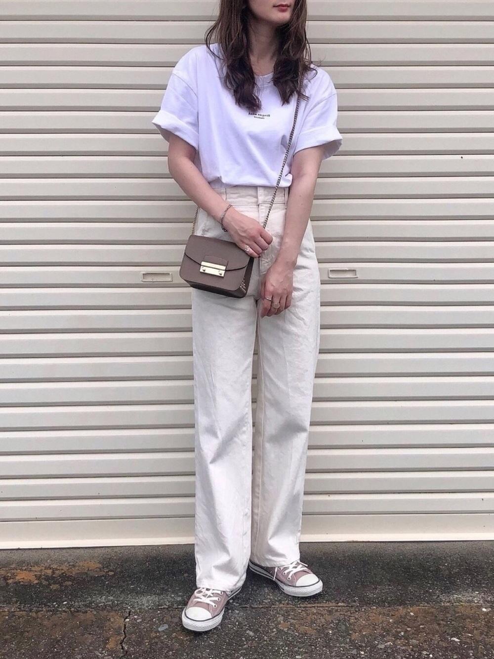 白のTシャツに白のデニムのコーデ