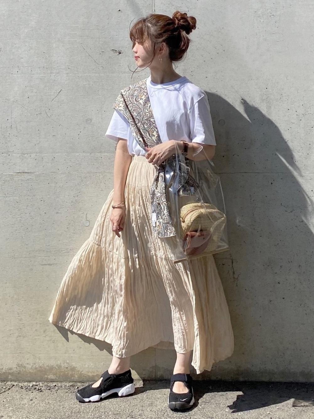 ユニクロのプリーツロングスカートと白Tシャツにスカーフを斜め巻きしているコーデ