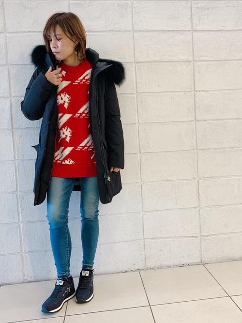 ダウンジャケットとジーンズとブラックアトランティックスターズを履いた女性