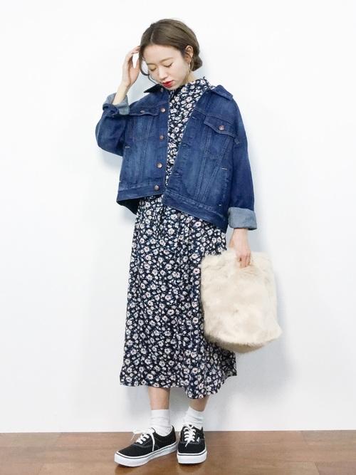 黒小花柄ワンピースにインディゴオーバーサイズGジャンを着た女性