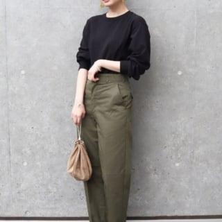 黒クルーネックロンTとカーキミリタリーパンツと巾着バッグの夏コーデの女性