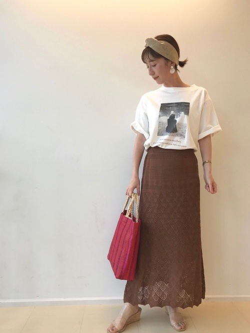 白フォトプリントTシャツと編みニットスカートを組み合わせた大人らしさ漂うコーデ