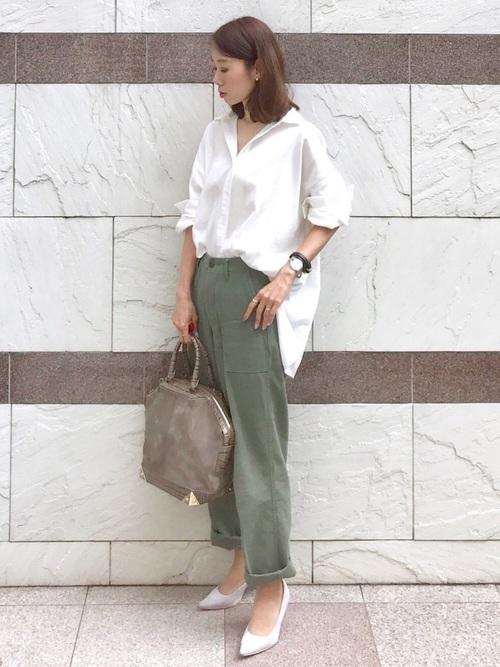 白サイドスリットビッグシャツとカーキベイカーパンツにグレースエードパンプスを履いた女性