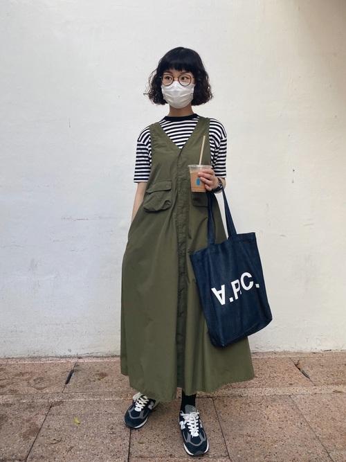 ボーダーコンパクトTシャツとミリタリーワンピースにニューバランスw990ネイビーを履いた女性