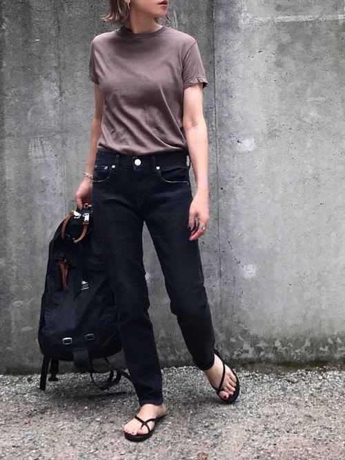 グレゴリーの黒リュックにTシャツとブラックデニムを合わせる王道コーデ