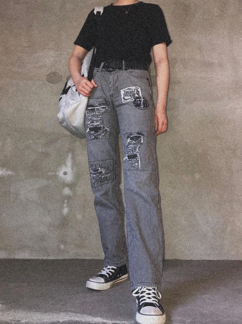 黒のTシャツにデニムパンツのコーデ