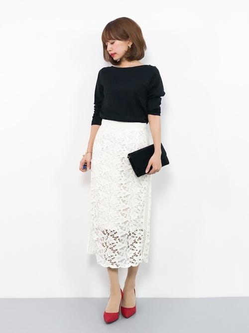 黒のTシャツと白のタイトスカートのコントラストが印象的な大人コーデ