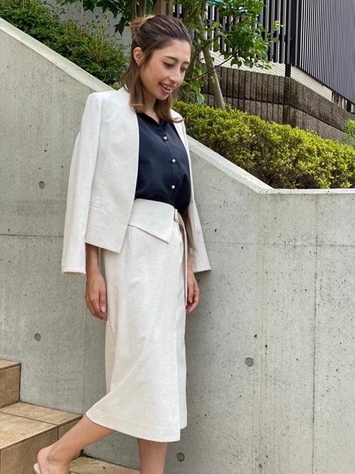 タイトスカートとジャケットを白でまとめて落ち着き感のあるスタイル
