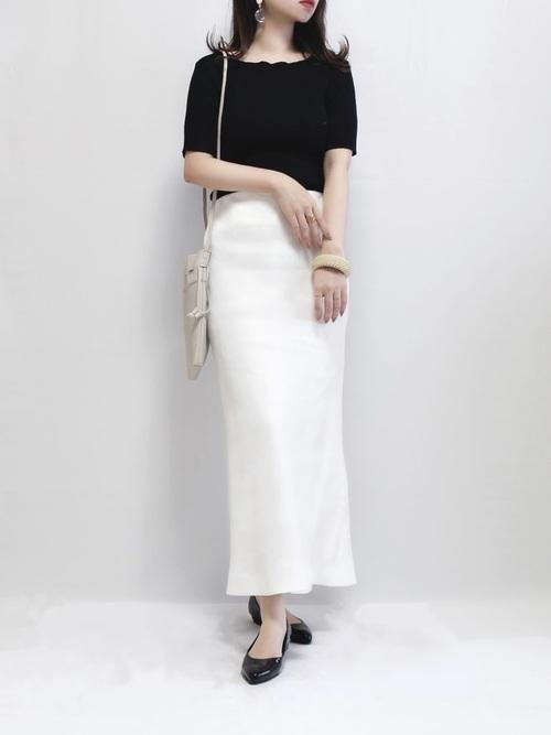 トップスの黒に白のタイトスカートが引き締まる大人カジュアル春コーデ