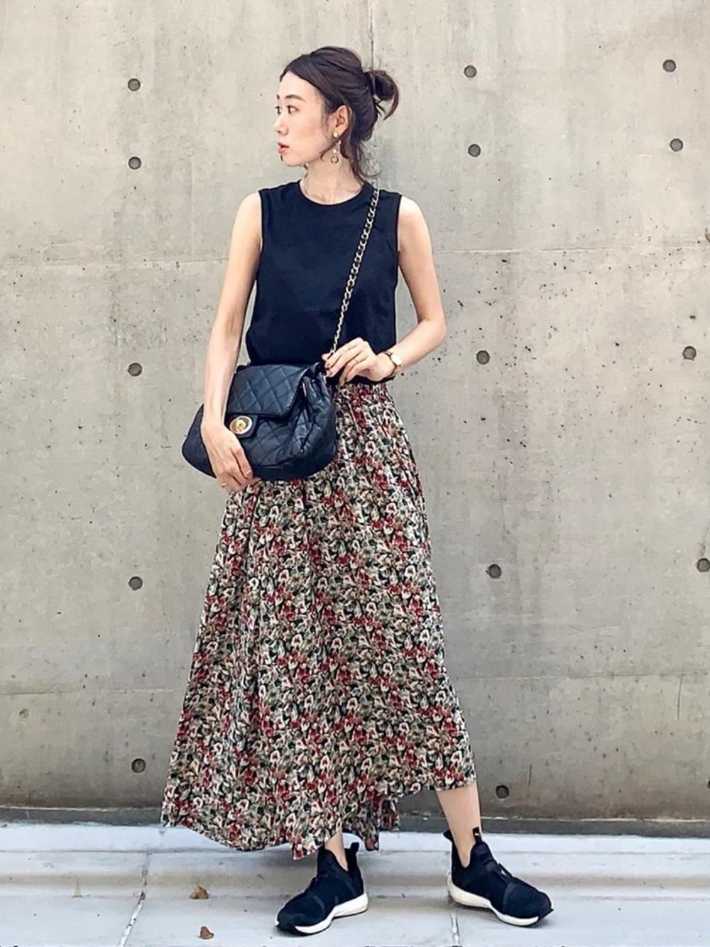 黒のトップスに花柄スカートのコーデ