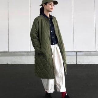 Vital MONSIEUR NICOLEの刺繍ロゴツイルキャップとノーカラーキルティングコートにワイドイージーパンツを履いた女性