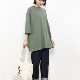 OE天竺BIG-カーキTシャツと濃紺ストレートデニムパンツにキャンバストートを合わせた女性