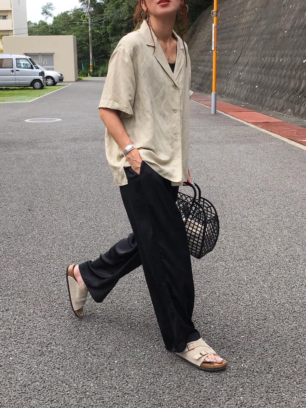 黒いパンツにアイボリーのシャツを合わせたコーデ