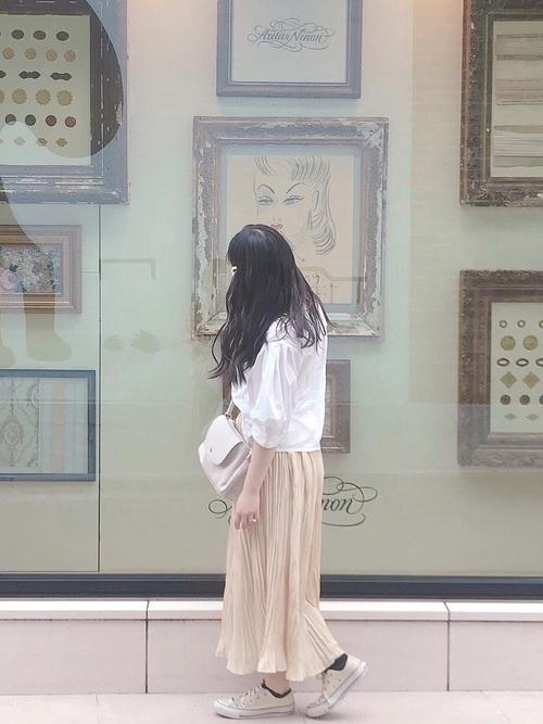 白のブラウスとonewayのベージュのスカートで色味を揃えるガーリーコーデ