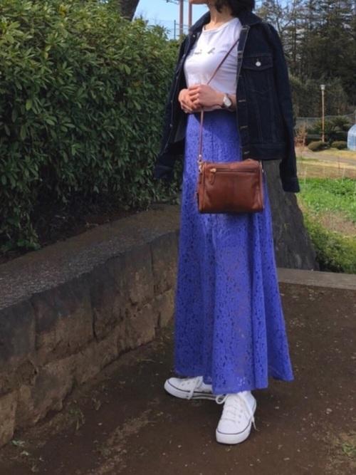 onewayのデニムジャケットにレーススカートを合わせた女性らしいコーデ