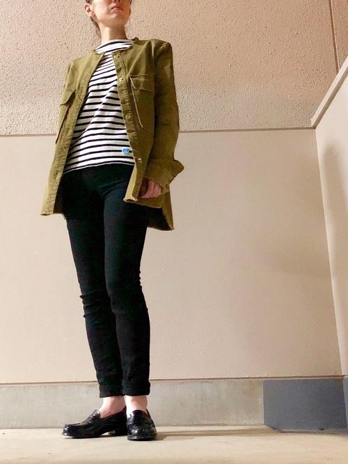 フレンチバスクシャツとウルトラストレッチジーンズにハルタのブラックローファーを履いた女性