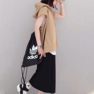 アディダスのジムバックとフードフレンチスリーブカットソーにラップニットスカートを履いた女性