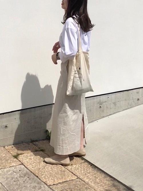 白バルーンスリーブカットソーとアーバンリサーチの白リネンチノハイウエストロングスカートにベージュレザーフラットシューズを履いた女性