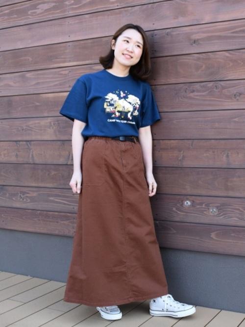 チャムスのネイビーTシャツとブラウンロングスカートに白ハイカットスニーカーを履いた女性