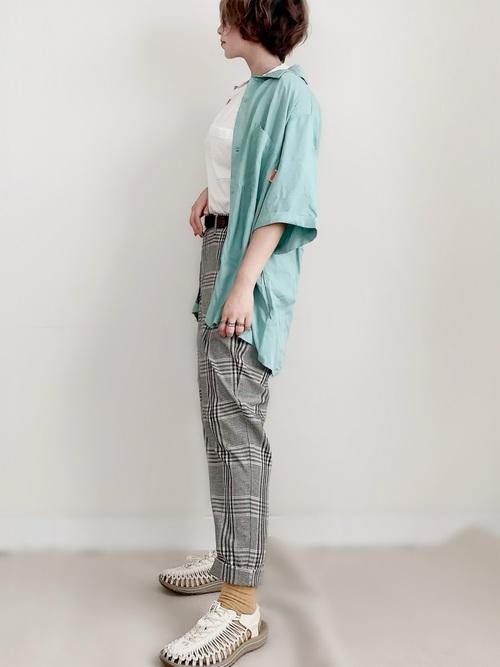 カラーシャツとチェックパンツにkeenのサンダルで作るスタイリッシュコーデ