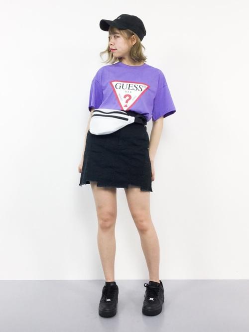 黒のダメージスカートに紫のGUESSのTシャツが個性を光らすカジュアルコーデ