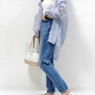 ブルーシアービッグシャツとデニムストレートパンツとクリアバッグの夏コーデの女性