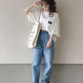 白胸ポケットオーバーサイズTシャツとハイウエストテーパードデニムとグレースエードサンダルのデニムパンツコーデの女性