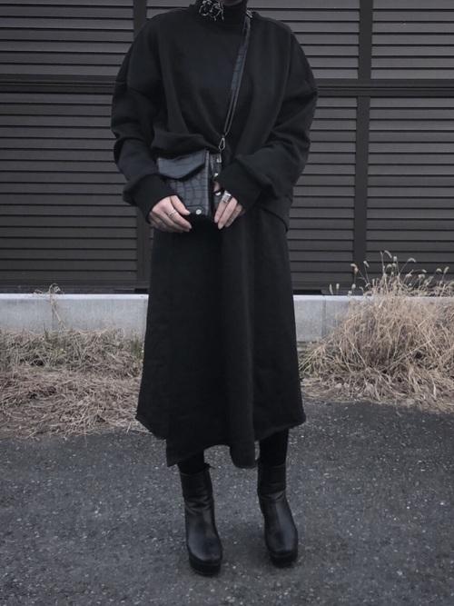 黒ハイネックセーターと黒ミモレ丈スカートとヨウジヤマモトの黒ブーツコーデの女性