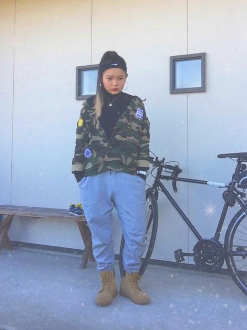 ナイキの黒ヘアバンドと迷彩ミリタリージャケットとグレースウェットパンツの冬コーデ