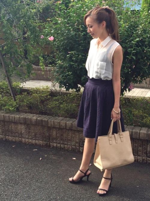 白のシフォンシャツにひざ丈スカート合わせのシンプルコンサバ夏コーデ