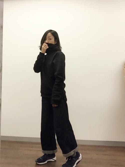 黒NIKEテックフリースファンネルとデニムワイドパンツと黒スニーカーの秋コーデの女性