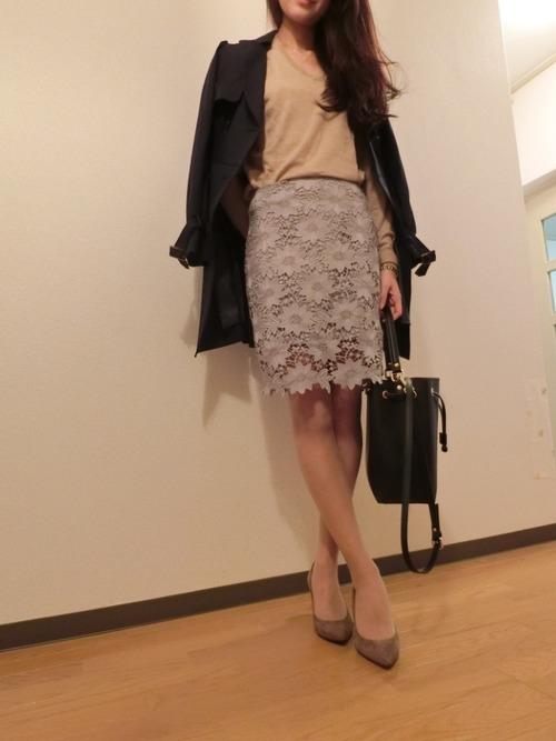 フローラルペンシルスカートとネイビーのトレンチコートが大人かわいいコンサバコーデ