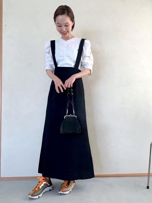 白ブラウスに黒フレアロングスカートが女性らしい雰囲気たっぷりのコーデ