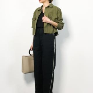 ミリタリージャケットと黒ラインワイドチノパンツに黒パンプスを履いた女性